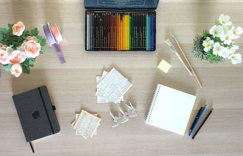 weißer Schreibtisch mit 2 Laptops